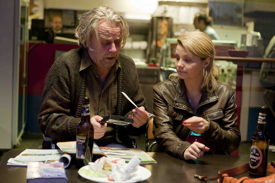 Nachdem Danni (Annette Frier, r.) einen Fall verloren hat, erwartet sie und Kurt (Axel Siefer, l.) Schreckliches .. - Bildquelle: SAT.1
