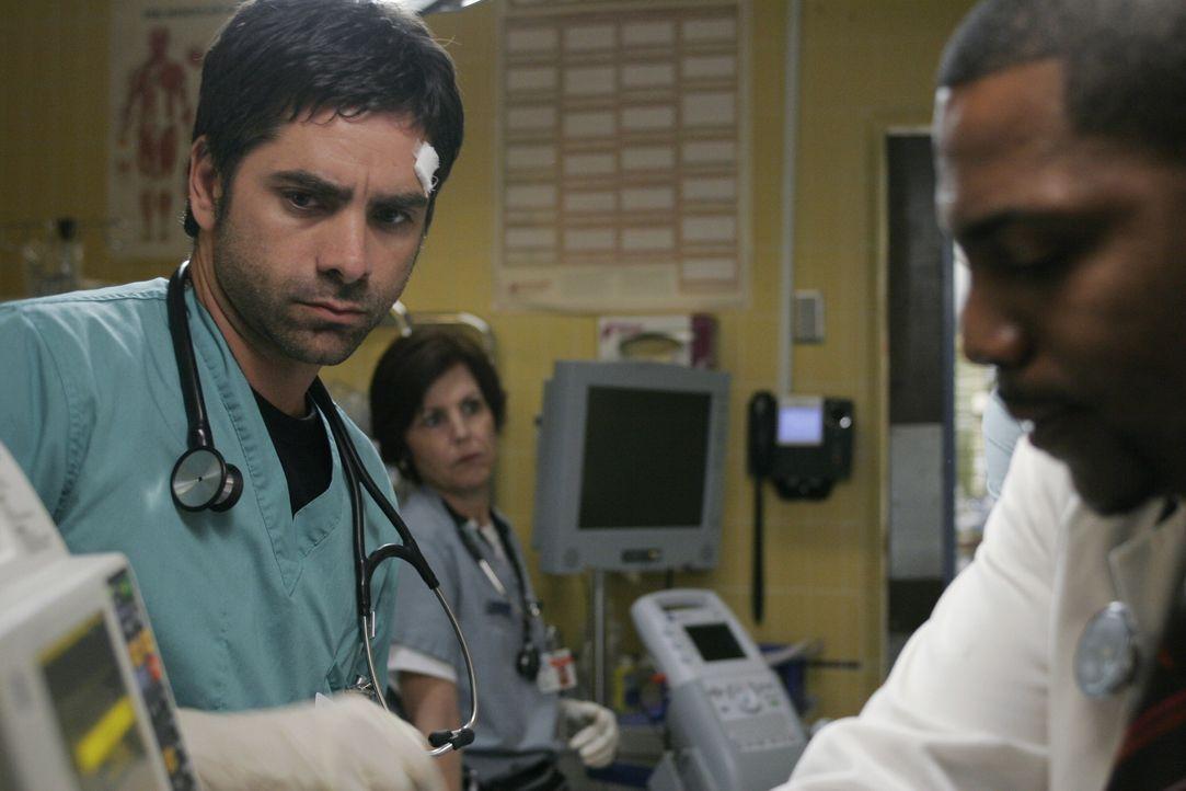Nachdem Gates (John Stamos, l.) einen Fehler gemacht hat, versucht er gemeinsam mit Pratt (Mekhi Phifer, r.) den Patienten zu retten ... - Bildquelle: Warner Bros. Television
