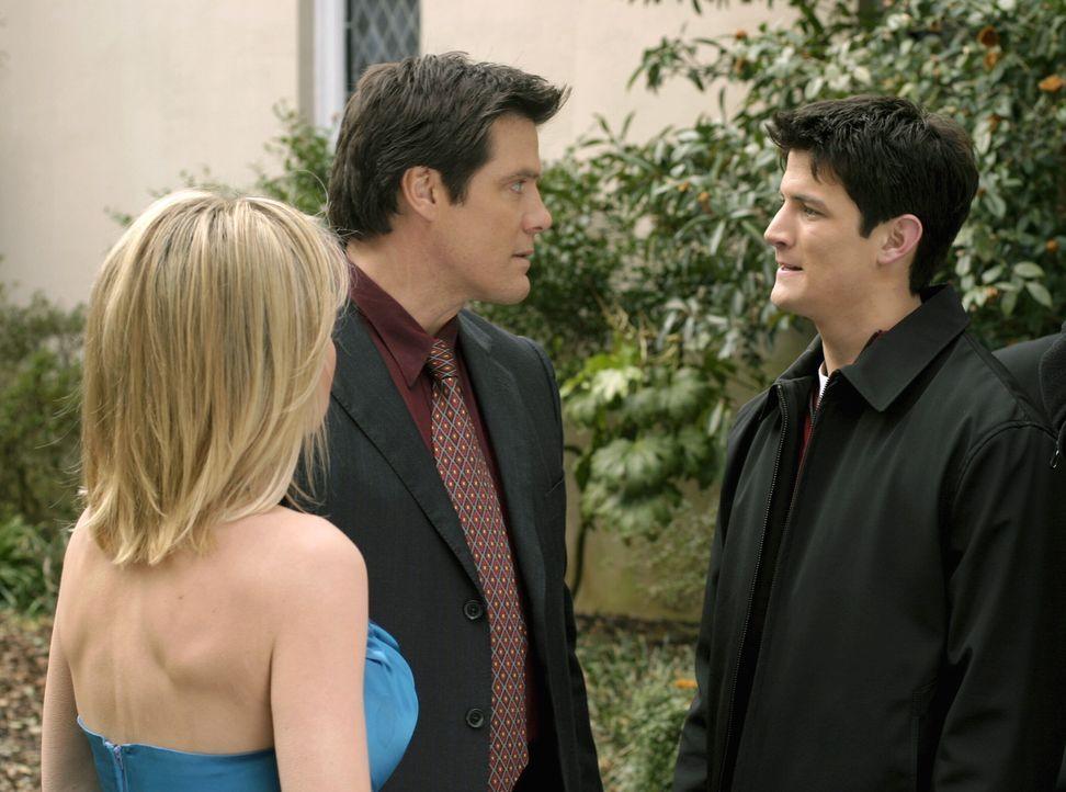 Deb (Barbara Alyn Woods, l.) und Dan (Paul Johansson, M.) machen sich große Sorgen um Nathan (James Lafferty, r.), der völlig betrunken vor der Ki... - Bildquelle: Warner Bros. Pictures