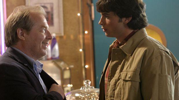 Als der durchtriebene Reporter Perry White (Michael McKean, l.) Clark (Tom We...