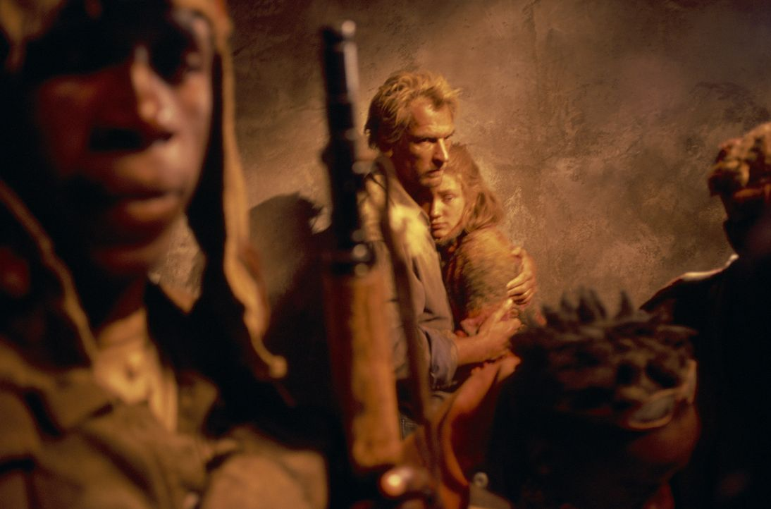 Kaum haben sich die 14-jährige Grace (Camille Summers, r.) und ihr Vater Gary (Julian Sands, l.) in Afrika kennen gelernt, werden sie auseinanderge... - Bildquelle: Gaumont