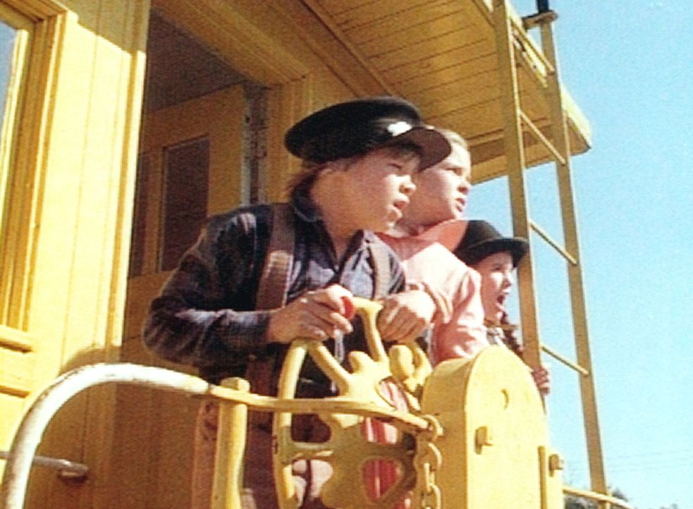 Carl (Brian Part, l.), Mary (Melissa Sue Anderson, M.) und Laura (Melissa Gilbert, r.) sind auf einem rasenden Waggon gefangen. - Bildquelle: Worldvision