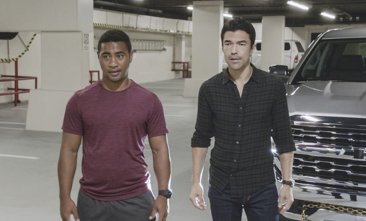 Verschaffen sich zusammen mit McGarrett durch den Lieferanteneingang Zugang zur überfallenen Bank: Junior (Beulah Koale, l.) und Adam (Ian Anthony D... - Bildquelle: 2017 CBS Broadcasting Inc. All Rights Reserved.