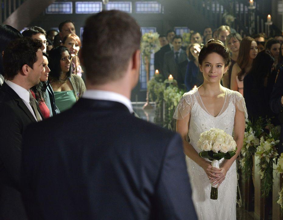 Selbst bei ihrer eigenen Hochzeit kann sich Catherine (Kristin Kreuk) nicht auf den Moment konzentrieren - die Arbeit lässt sie einfach nicht los ... - Bildquelle: Ben Mark Holzberg 2015 The CW Network, LLC. All rights reserved.