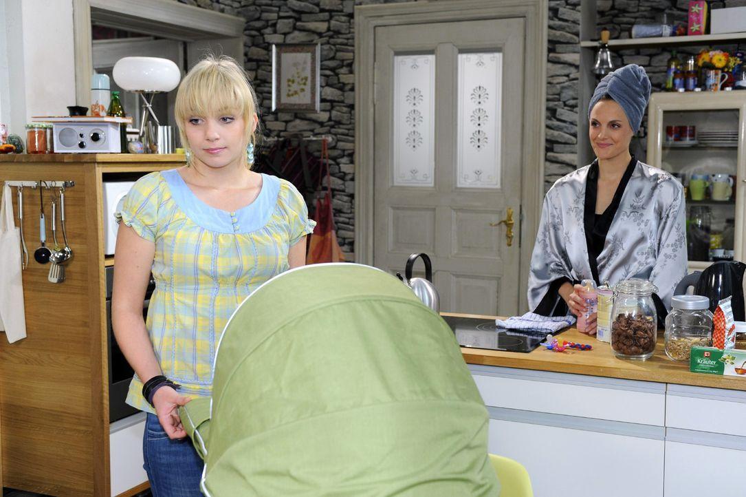 Lily (Jil Funke, l.) ist enttäuscht, dass Maja (Barbara Lanz, r.) den Babysitter-Job bereits vergeben hat ... - Bildquelle: Sat.1
