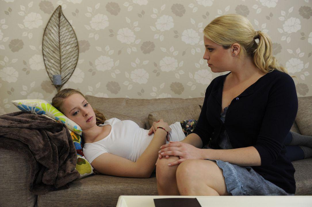 Lara (Amelie Plaas Link, l.) ist verzweifelt. Sie glaubt, ihrer Mutter (Caroline Maria Frier, r.) und ihrem Vater nur eine Last gewesen und jetzt au... - Bildquelle: Christoph Assmann SAT.1