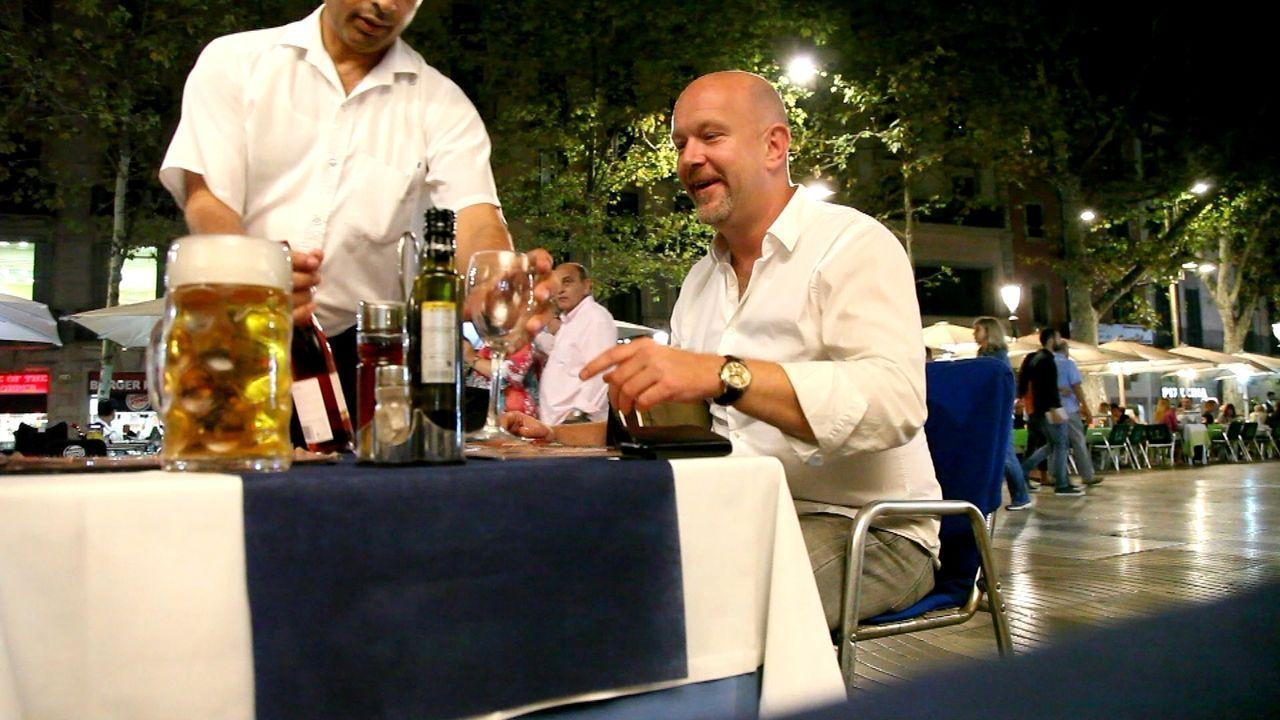 Um Diebe und Abzocker aufzuspüren und deren Tricks und Gaunereien aufzudecken, ist Peter Giesel (r.) dieses Mal in Spanien unterwegs ... - Bildquelle: kabel eins