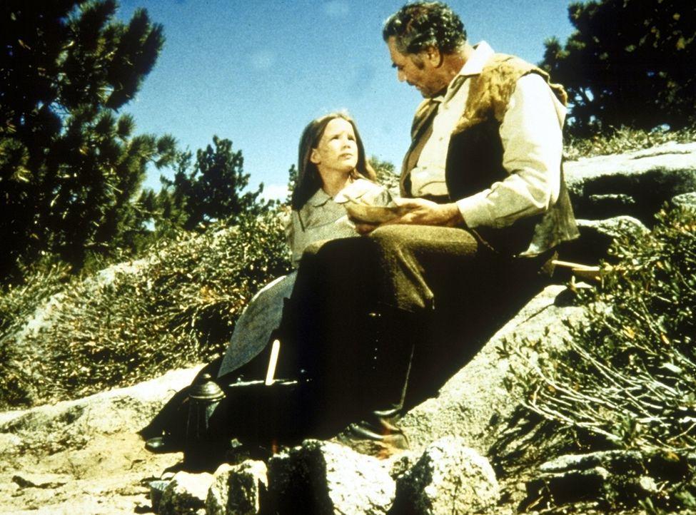 Jonathan (Ernest Borgnine, r.) und Laura (Melissa Gilbert, l.) kümmern sich um eine verletzte Taube. - Bildquelle: Worldvision