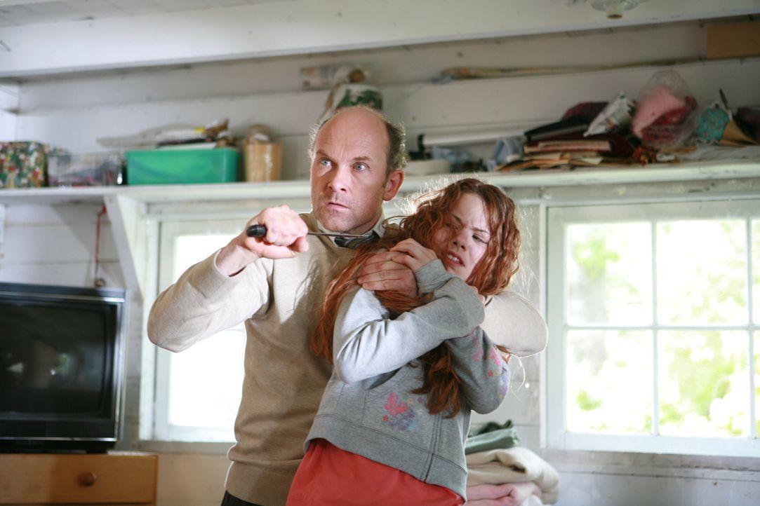 Ist in der Hand eines hemmungslosen Killers (Fulvio Cecere, l.): Ellie (Caroline Ford, r.) ...
