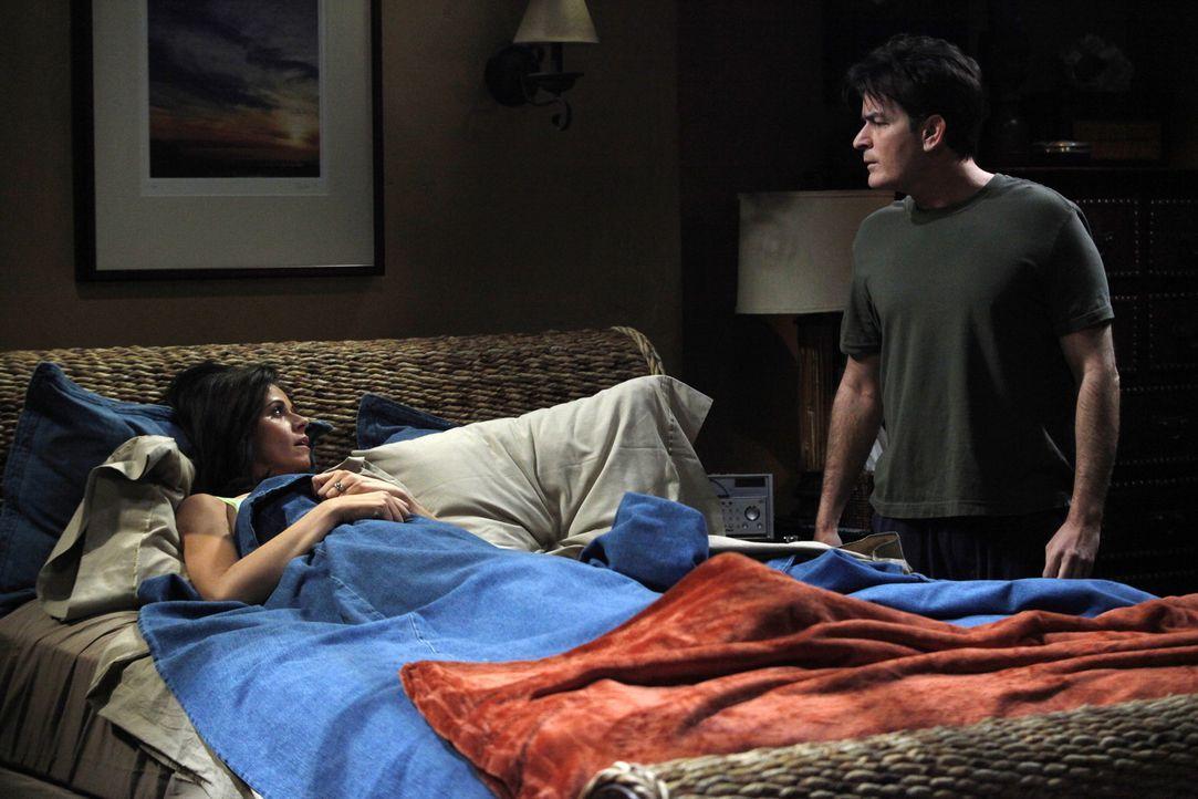 Charlies (Charlie Sheen, r.) Freundin Chelsea (Jennifer Bini Taylor, l.) hat eine schwere Erkältung und muss bei Charlie das Bett hüten. Als er si... - Bildquelle: Warner Brothers Entertainment Inc.