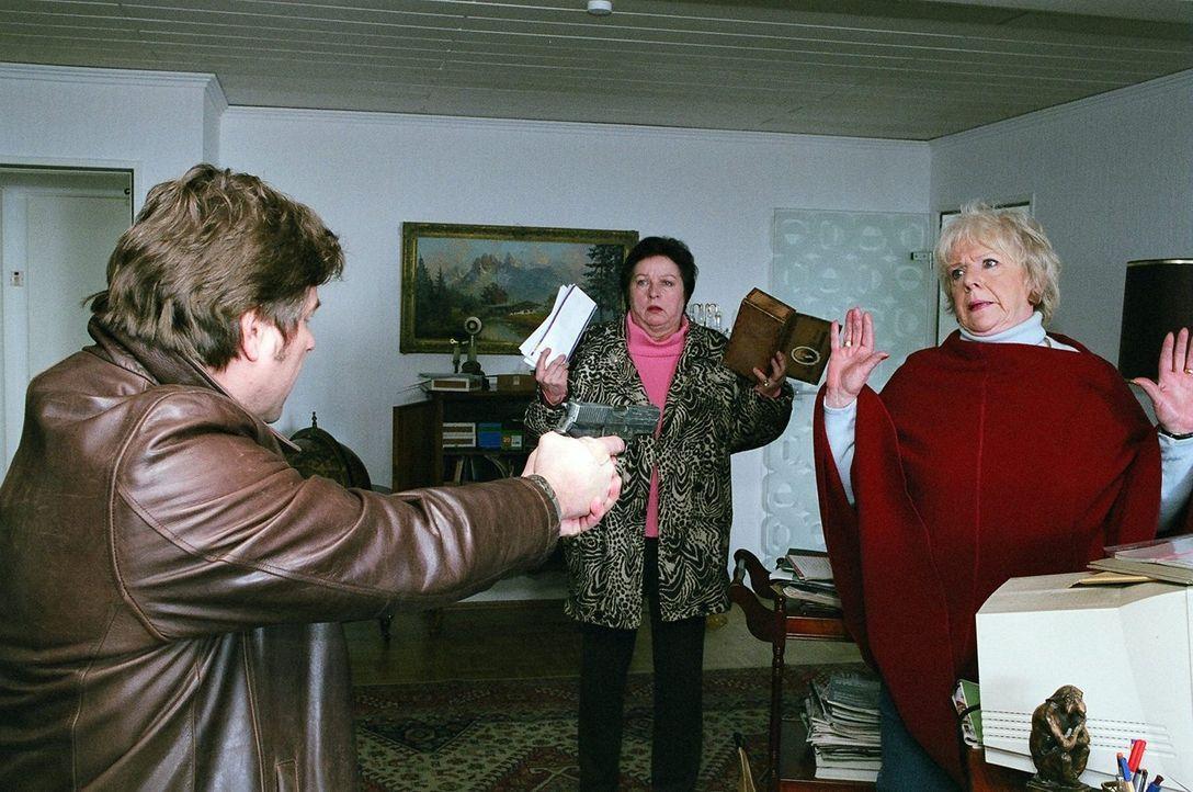 Jupp (Uwe Fellensiek, l.) und Falk überraschen Berta (Ingrid Stein, r.) und ihre Freundin Inge (Beate Abraham, M.), die in das versiegelte Haus von... - Bildquelle: Thekla Ehling Sat.1