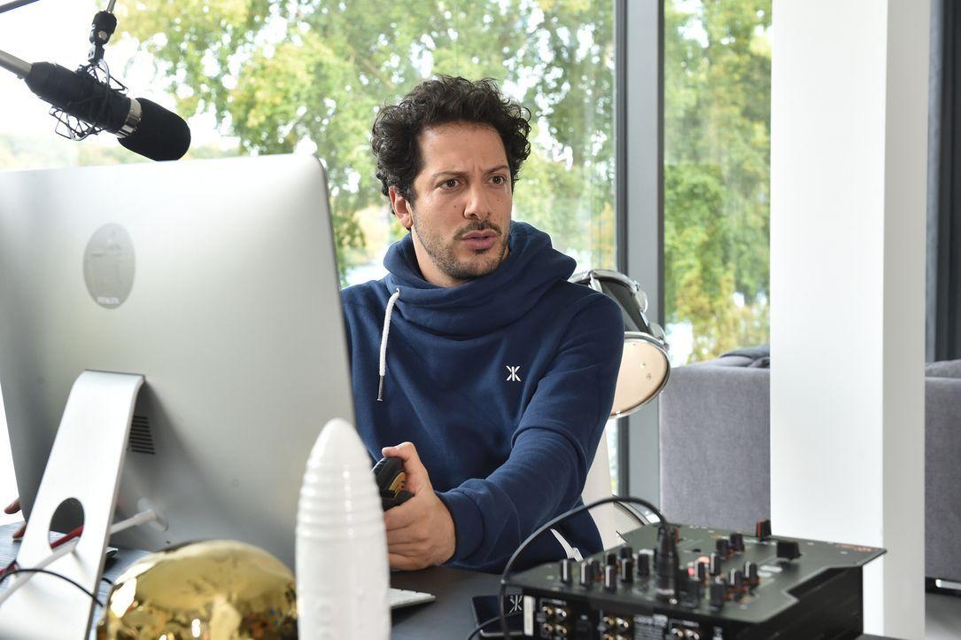 Während Fahri (Bild) nach Unabhängigkeit strebt und sich am Web-Radio probieren möchte, macht ihm plötzlich der kleine Falk seinen Platz im Bett neb... - Bildquelle: Andre Kowalski maxdome / ProSieben