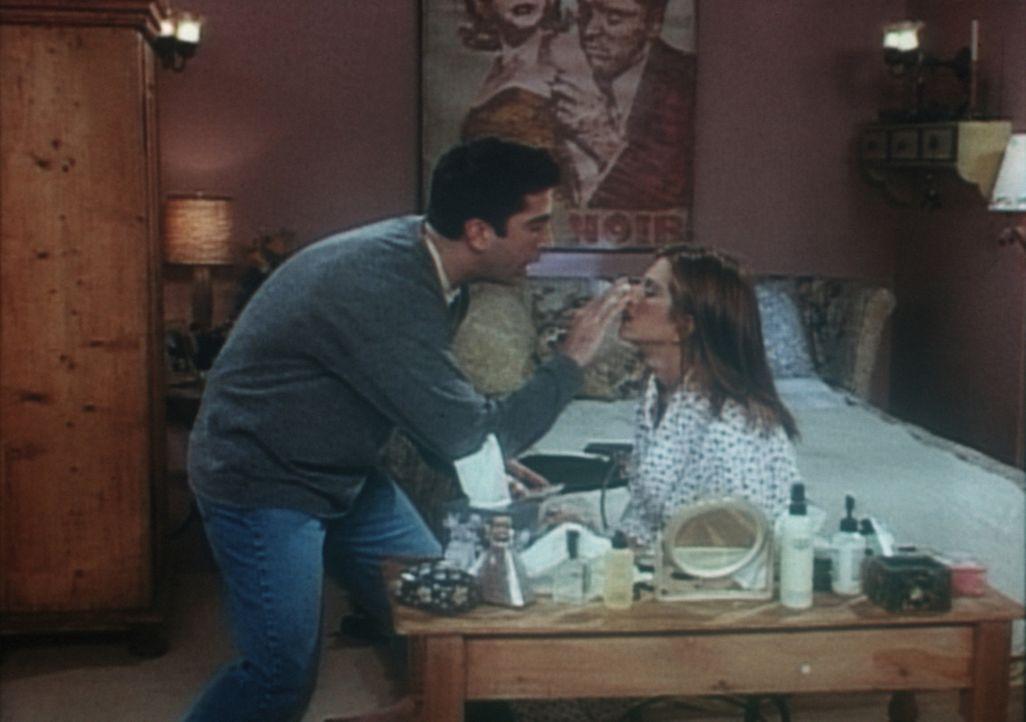 Rachel (Jennifer Aniston, r.) hat sich eine Rippe gebrochen, muss aber zu einem wichtigen Geschäftsessen. Ross (David Schwimmer, l.) hilft ihr beim... - Bildquelle: TM+  2000 WARNER BROS.
