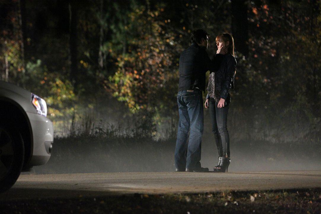 Wird Damon (Ian Somerhalder, l.) seine neue Gespielin Jessica (Ahna O'Reilly, r.) laufen lassen oder wird sie dasselbe Schicksal ereilen, wie viele... - Bildquelle: Warner Brothers
