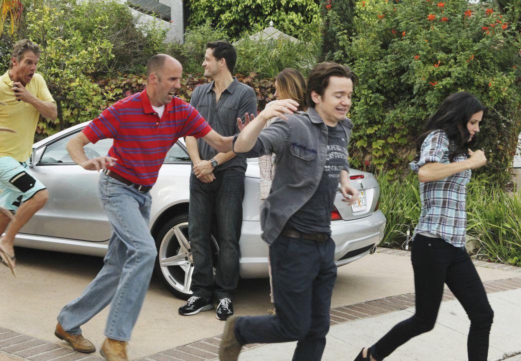 Graysons (Josh Hopkins, 3.v.l.) und Ellies (Christa Miller, 3.v.r.) Plan geht auf. Bobby (Brian Van Holt, l.), Tom (Bob Clendenin, 2.v.l.), Travis (... - Bildquelle: 2010 ABC INC.
