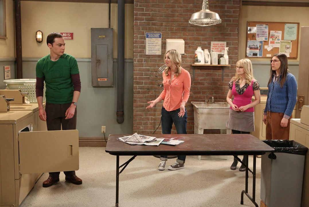 Beim Sortieren von Howards und Bernadettes Wandschrank findet Sheldon (Jim Parsons, l.) einen ungeöffneten Brief von Howards treulosem Vater, den er... - Bildquelle: Warner Bros. Television