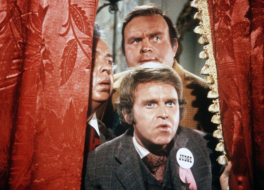 Hoss Cartwright (Dan Blocker, hinten) und Jim Pinder (George Furth, vorne) sind zu Preisrichtern beim Schönheitswettbewerb der Babys von Virginia Ci... - Bildquelle: Paramount Pictures