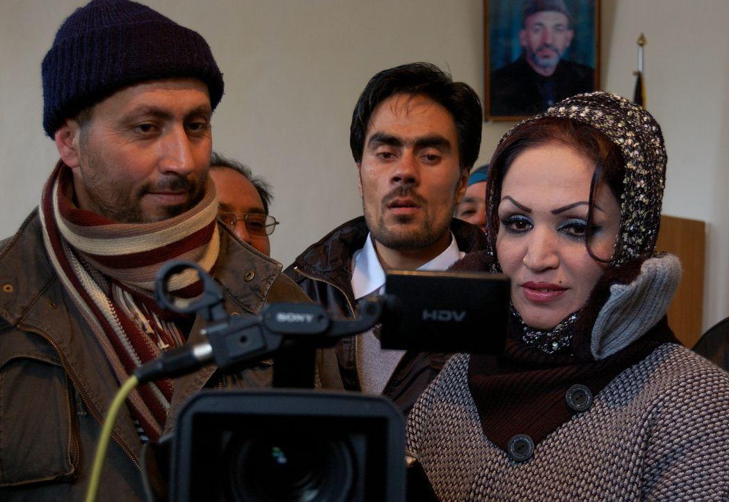 In einem Land, indem nur wenige Frauen überhaupt arbeiten, ist die mutige Saba (r.) die erste Filmproduzentin. Saba führt nicht nur Regie, sondern s... - Bildquelle: Quicksilver Media 2012