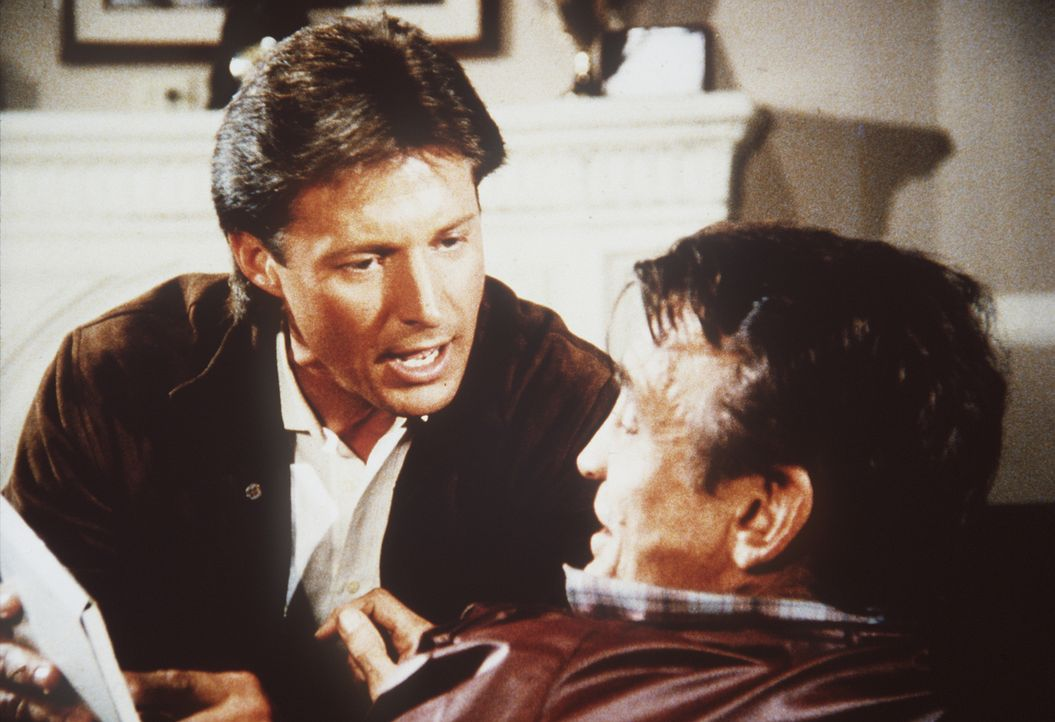 Lee (Bruce Boxleitner, l.) versucht alles, um von dem Ex-Boxer Bonfelli (Dick Bakalyan, r.) Hinweise zu der Liste mit ehemaligen Sowjet-Spionen zu e...