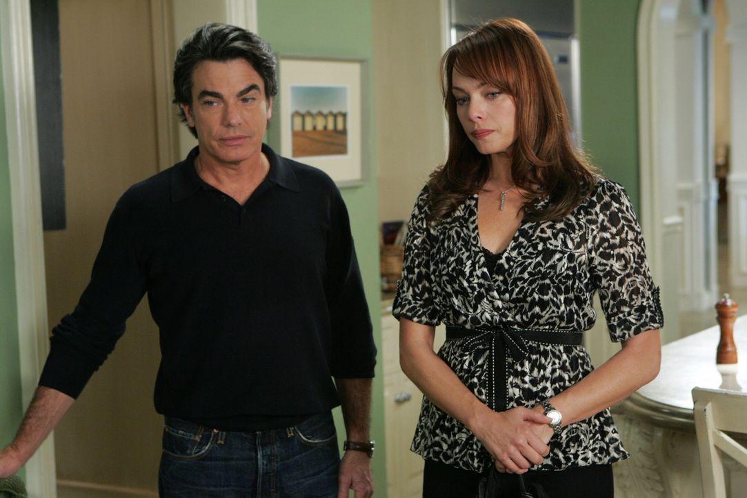 Thanksgiving: Julie (Melinda Clarke, r.) steht in Tränen aufgelöst vor der Tür und entschuldigt sich bei Sandy (Peter Gallagher, l.) für das, wa... - Bildquelle: Warner Bros. Television