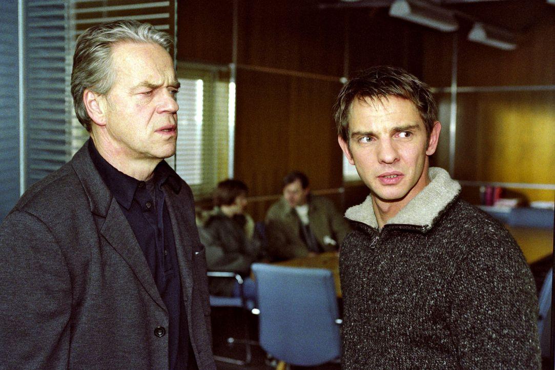 Tom Borkmann (Steven Merting, r.) glaubt nicht daran, dass die Frau von Wolffs (Jürgen Heinrich, l.) Freund Alex entführt wurde. - Bildquelle: Claudius Pflug Sat.1