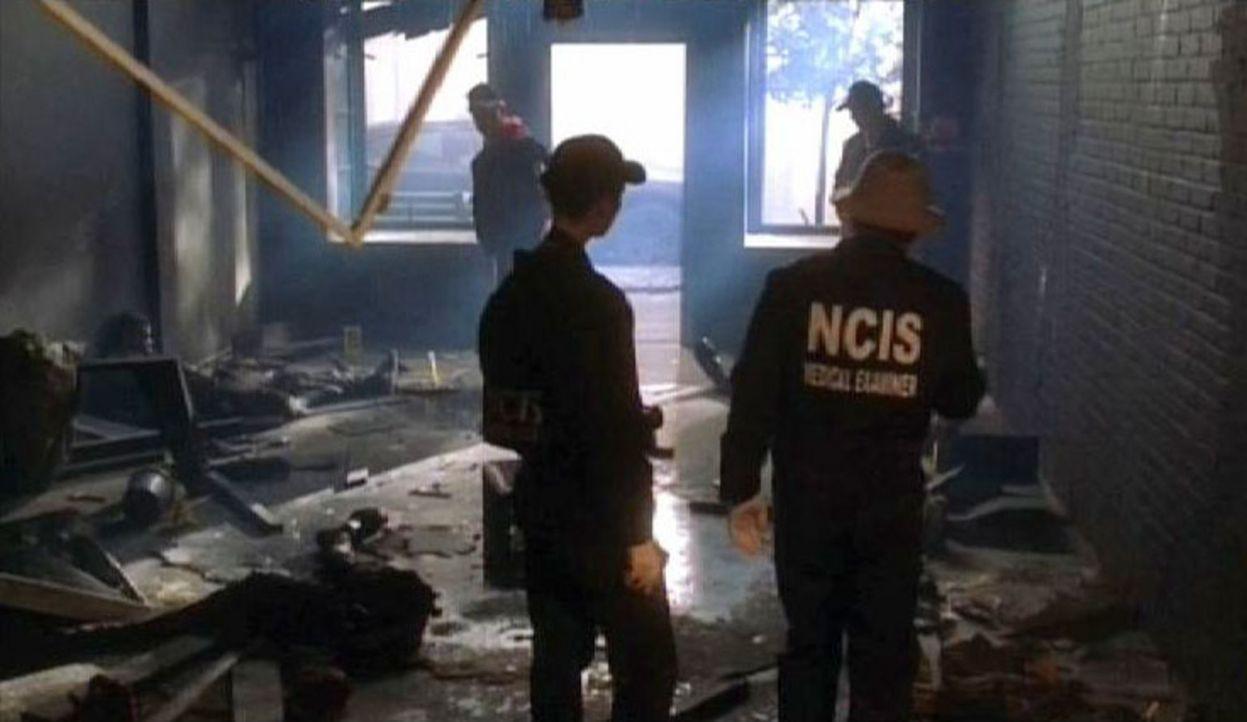 Das Team des Naval Criminal Investigative Service untersucht den Tatort, an dem sich der Selbstmordattentäter in die Luft gesprengt hat ... - Bildquelle: CBS Television