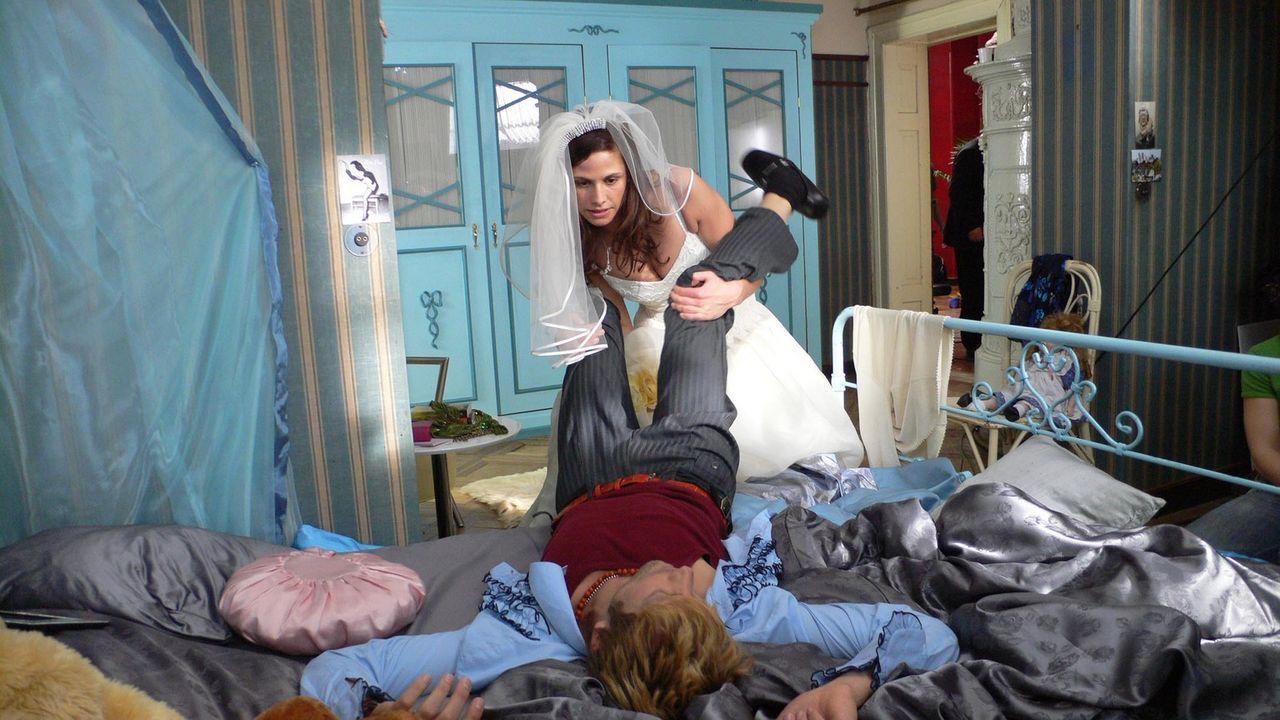Wohin mit einem One-Night-Stand, wenn der Bräutigam bereits vor der Tür steht?: Kim (Ellenie Salvo Gonzáles) und ihr französischer Stripper (Mic... - Bildquelle: ProSieben