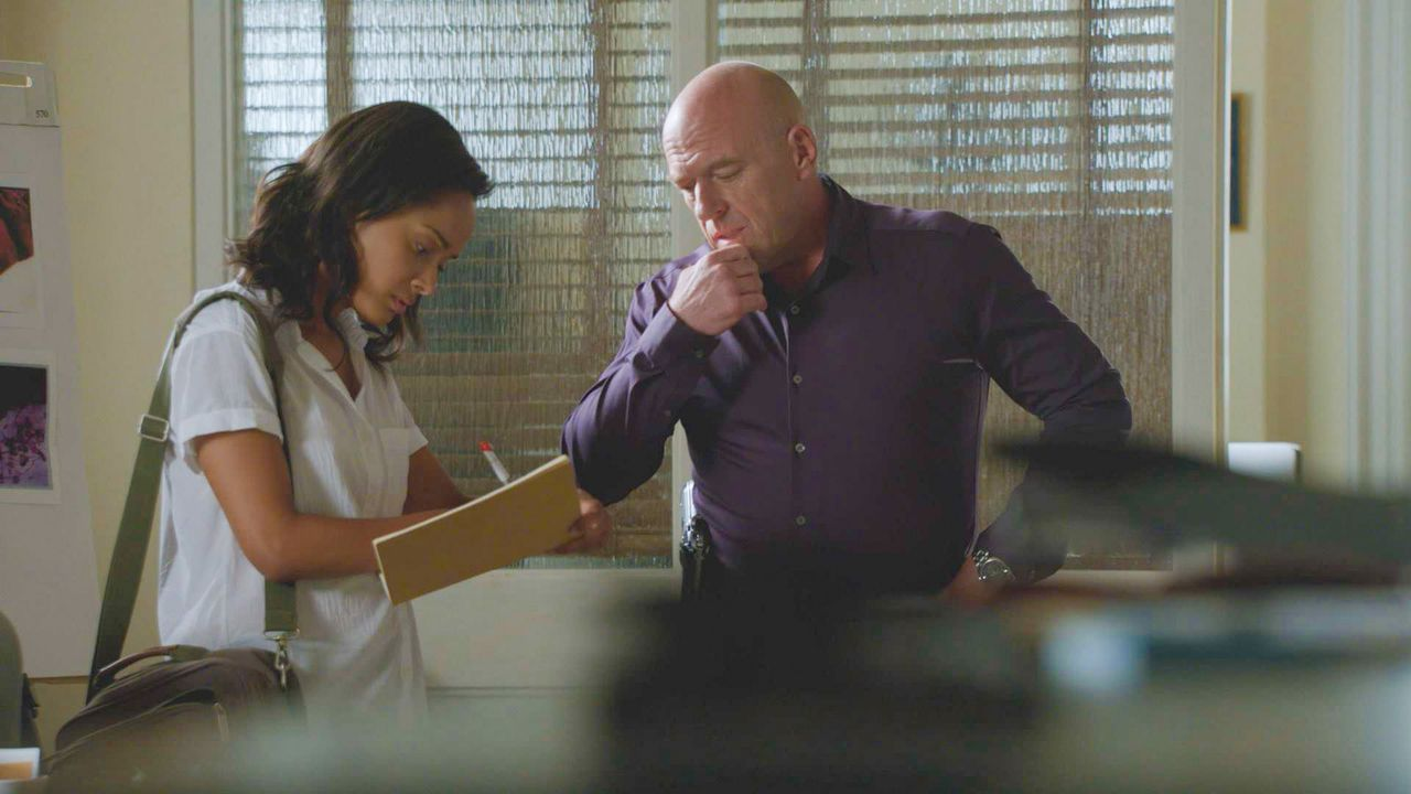 Rebecca (Karla Crome, l.) steht auf Big Jims (Dean Norris, r.) Seite, auch, als er eine gewagte Entscheidung trifft ... - Bildquelle: 2014 CBS Broadcasting Inc. All Rights Reserved.
