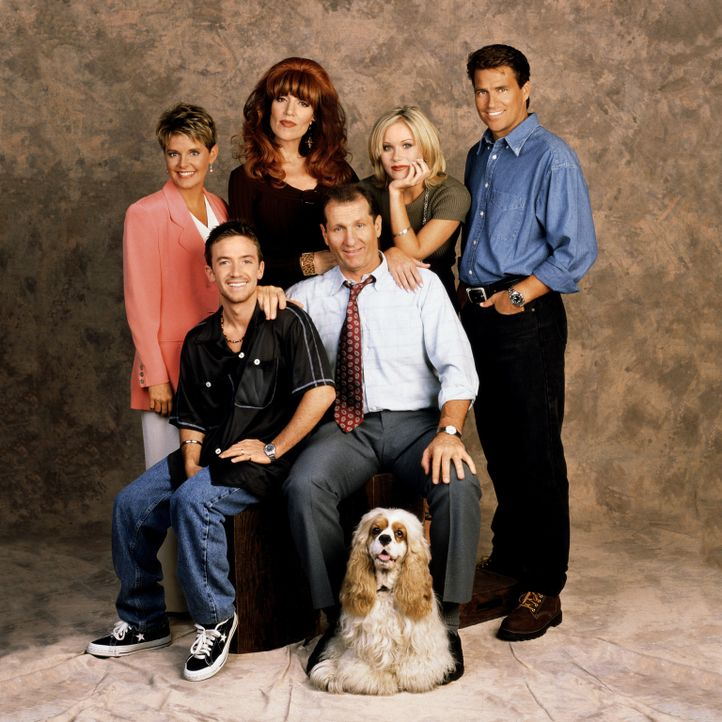 (11. Staffel) - Ein Haufen Chaoten: (hinten v.l.n.r.) Marcy (Amanda Bearse), Peggy (Katey Sagal), Kelly (Christina Applegate), Jefferson (Ted McGinl... - Bildquelle: 1996, 1997 ELP Communications. All Rights Reserved.
