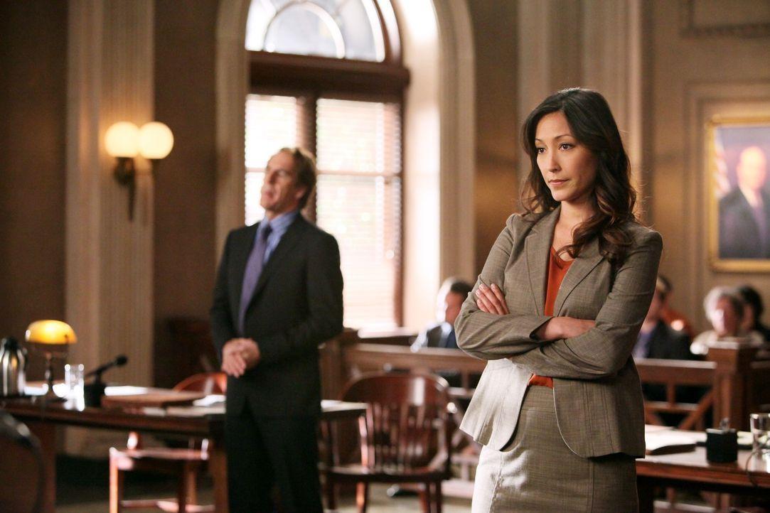 Während Staatsanwältin Stone (Christina Chang, r.) Bree für schuldig hält, versucht Anwalt Trip Weston (Scott Bakula, l.) alles, um das Gericht vom... - Bildquelle: ABC Studios