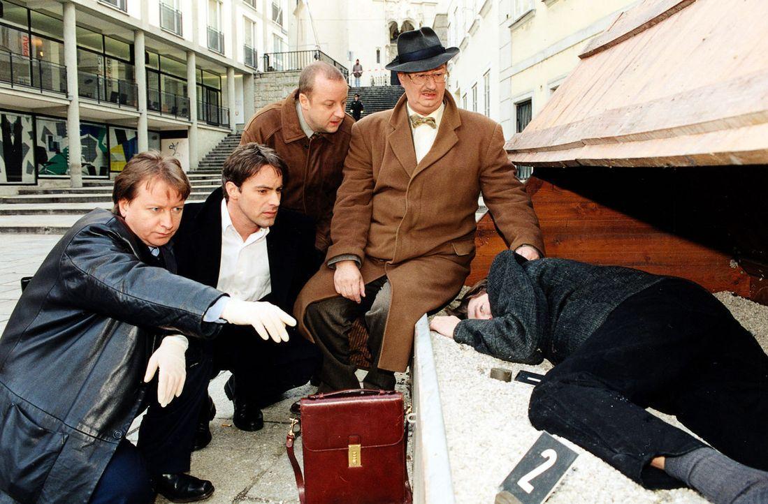 Helmut Walz (William P. Mang, r.), ein ehemaliger Kollege von Fritz Kunz (Martin Weinek, M.), wird tot aufgefunden. Böck (Heinz Weixelbraun, l.), B... - Bildquelle: Sat.1