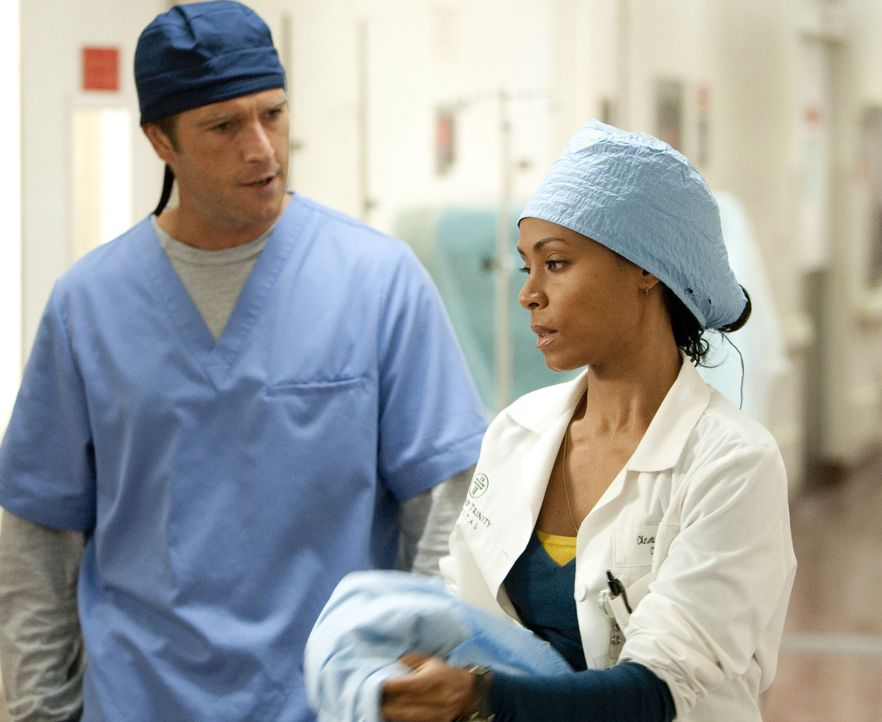 Der Krankenhausalltag ist nicht immer leicht, doch Oberschwester Christina Hawthorne (Jada Pinkett Smith, r.) und Dr. Tom Wakefield (Michael Vartan,... - Bildquelle: Sony 2009 CPT Holdings, Inc. All Rights Reserved