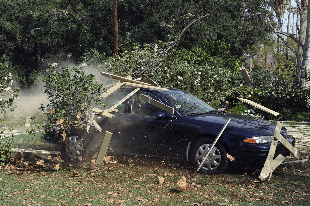 Vor lauter telefonieren während des Autofahren, baut Jules einen Unfall ... - Bildquelle: 2009 ABC INC.