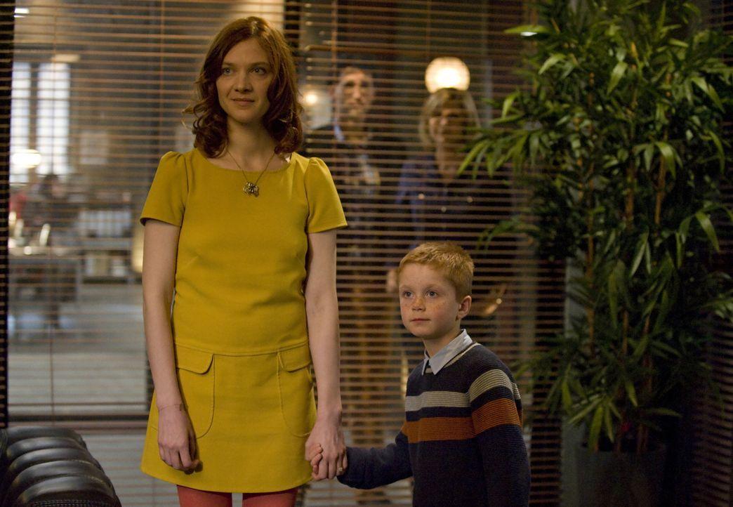 Chloés (Odile Vuillemin, l.) Ermittlungen führen sie schließlich zu einem kleinen Jungen (Darsteller unbekannt),  der einen großen Teil zur Aufkläru... - Bildquelle: 2014 BEAUBOURG AUDIOVISUEL