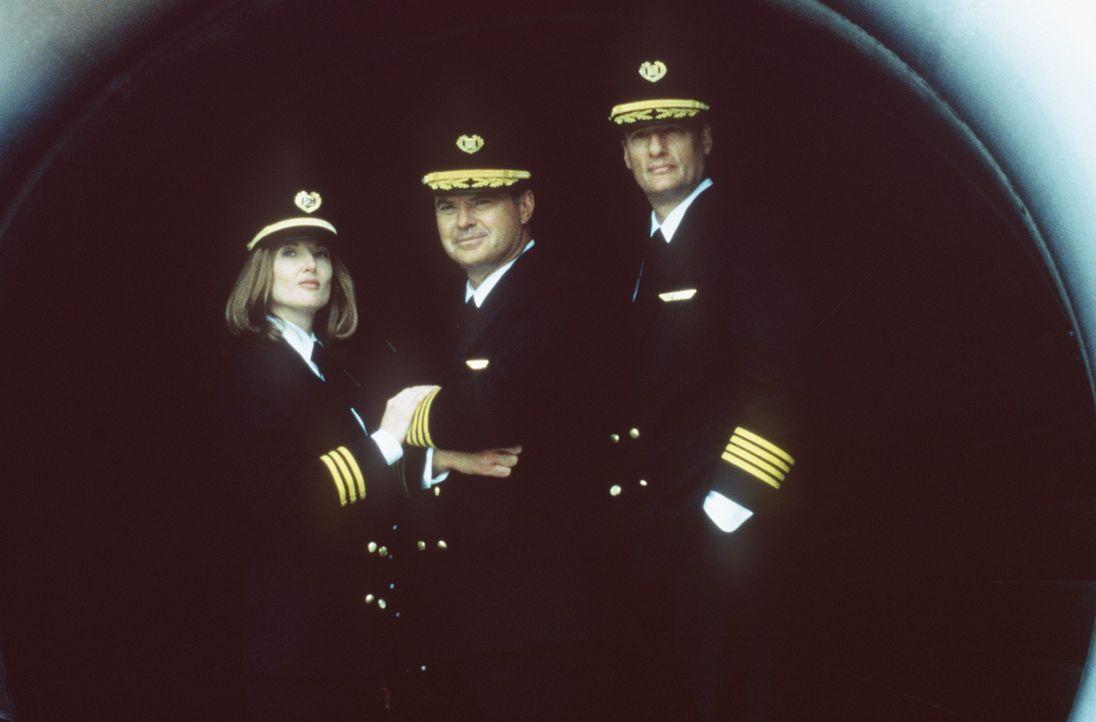 Starten mit dem Flug einen Höllentrip: Captain George Bouchard (John DeLancie, r.), Captian Glen Singer (Robert Urich, M.) und seine Co-Pilotin Phi...
