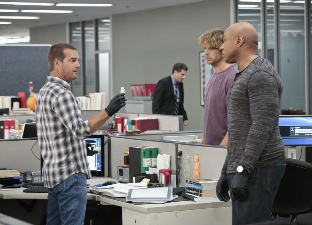 Ein neuer Fall wartet auf Callen (Chris O'Donnell, l.), Sam (LL Cool J, r.) und Deeks (Eric Christian Olsen, 2.v.r.) ... - Bildquelle: 2014 CBS Broadcasting, Inc. All Rights Reserved.