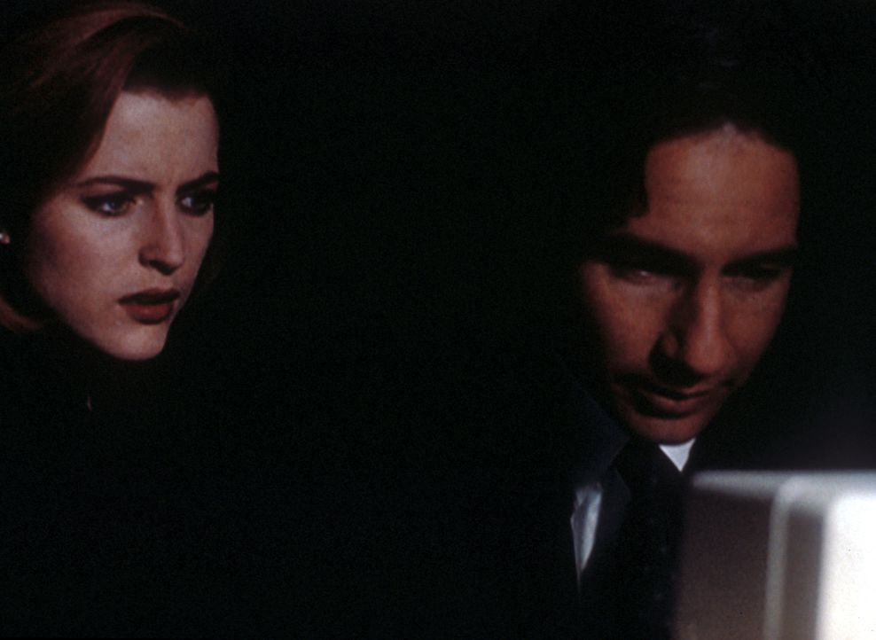Mulder (David Duchovny, r.) und Scully (Gillian Anderson, l.) versuchen, in das Computersystem des Lombard-Forschungsinstituts zu gelangen, um wicht... - Bildquelle: TM +   Twentieth Century Fox Film Corporation. All Rights Reserved.