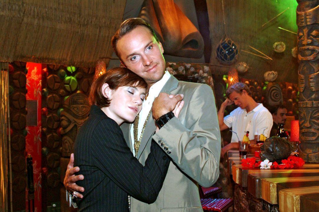 Hugo (Hubertus Regout, r.) genießt es, Britta (Susanne Berckhemer, l.) in den Armen zu halten. - Bildquelle: Monika Schürle Sat.1