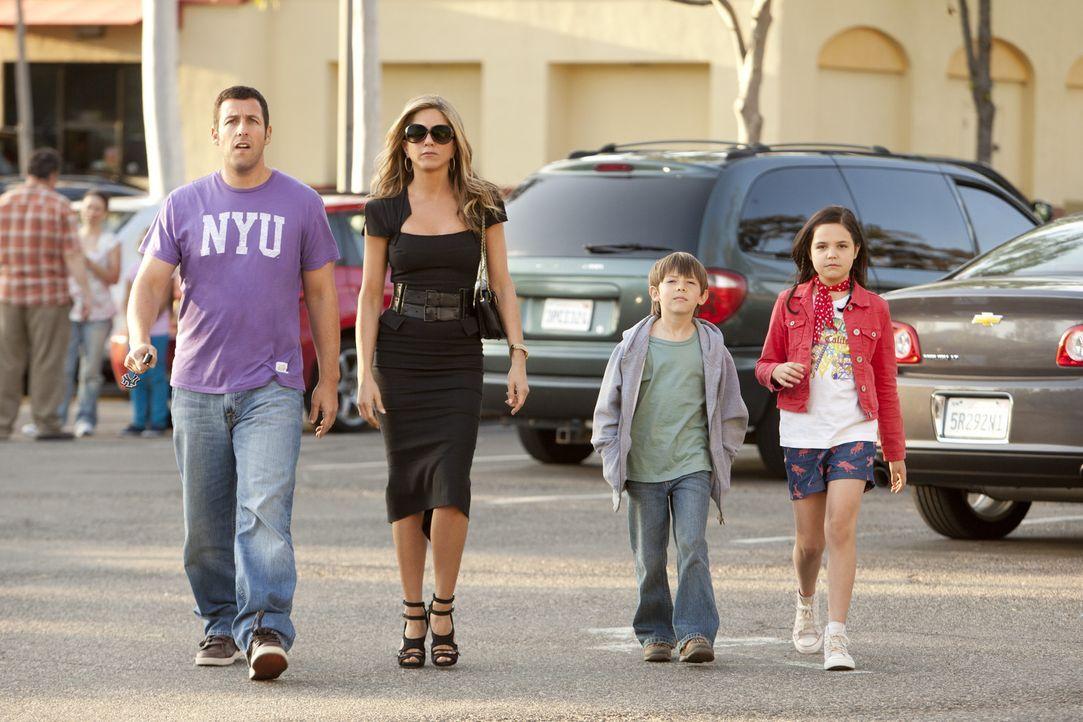 Erst spät geht Danny (Adam Sandler, l.) auf, dass es nicht einfach ist, eine Familie mit Ehefrau (Jennifer Aniston, 2.v.l.) und Kindern (Bailee Mad... - Bildquelle: 2011 Columbia Pictures Industries, Inc. All Rights Reserved.