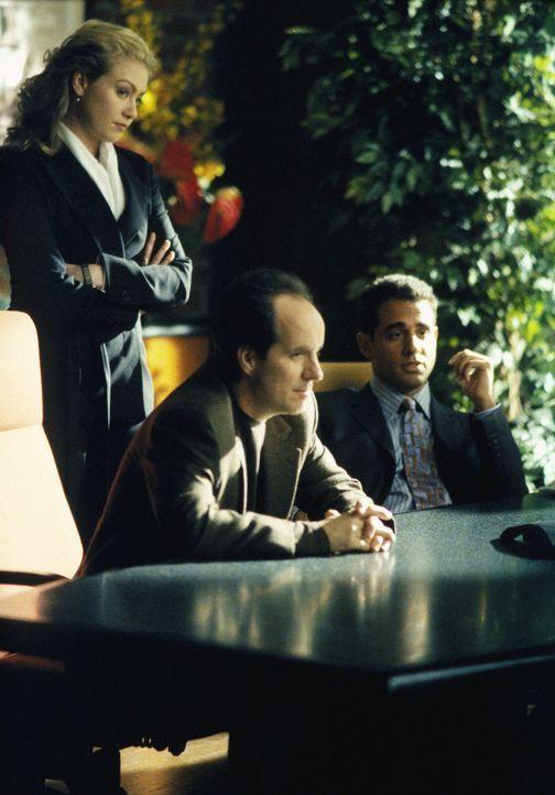 Als der neue und äußerst attraktive Anwalt Wilson Jade (Bobby Cannavale, r.) in die Kanzlei einsteigt, hat Nelle (Portia de Rossi, l.) nichts dagege... - Bildquelle: 2002 Twentieth Century Fox Film Corporation. All rights reserved.