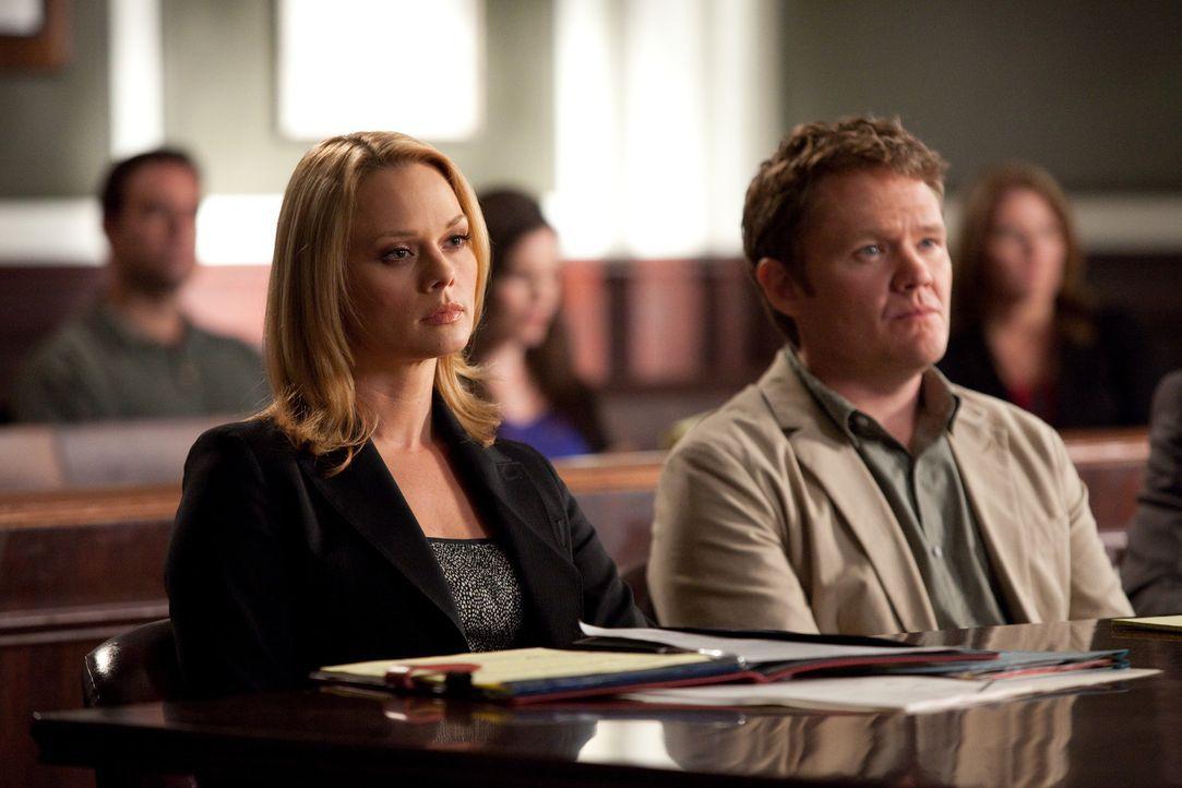 Ein Ex-Ehepaar streitet sich vor Gericht um das Sorgerecht für ihren Hausaffen. Kim (Kate Levering, l.) und Grayson verteidigen Mike Barry (Scott M... - Bildquelle: 2009 Sony Pictures Television Inc. All Rights Reserved.