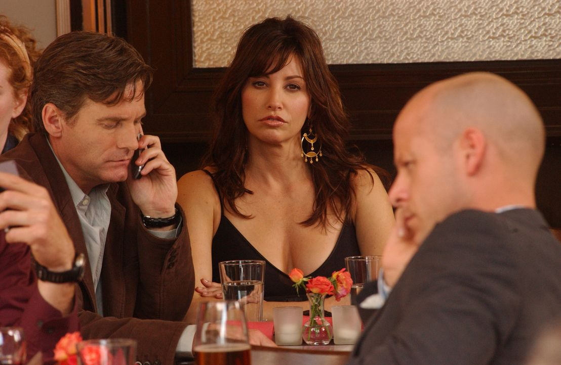Valerie (Gina Gershon, M.) langweilt sich ... - Bildquelle: 2007 Sony Pictures Television Inc. All Rights Reserved
