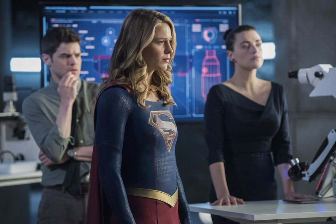 Winn (Jeremy Jordan, l.), Kara alias Supergirl (Melissa Benoist, M.) und Lena (Katie McGrath, r.) versuchen verzweifelt ihrer Freundin zu helfen, wä... - Bildquelle: 2017 Warner Bros.