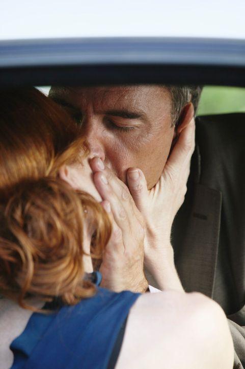 Bree (Marcia Cross, l.) vertröstet Karl (Richard Burgi, r.) immer wieder, der endlich eine richtige Affäre mit ihr will. Sie kämpft noch mit ihrem s... - Bildquelle: ABC Studios
