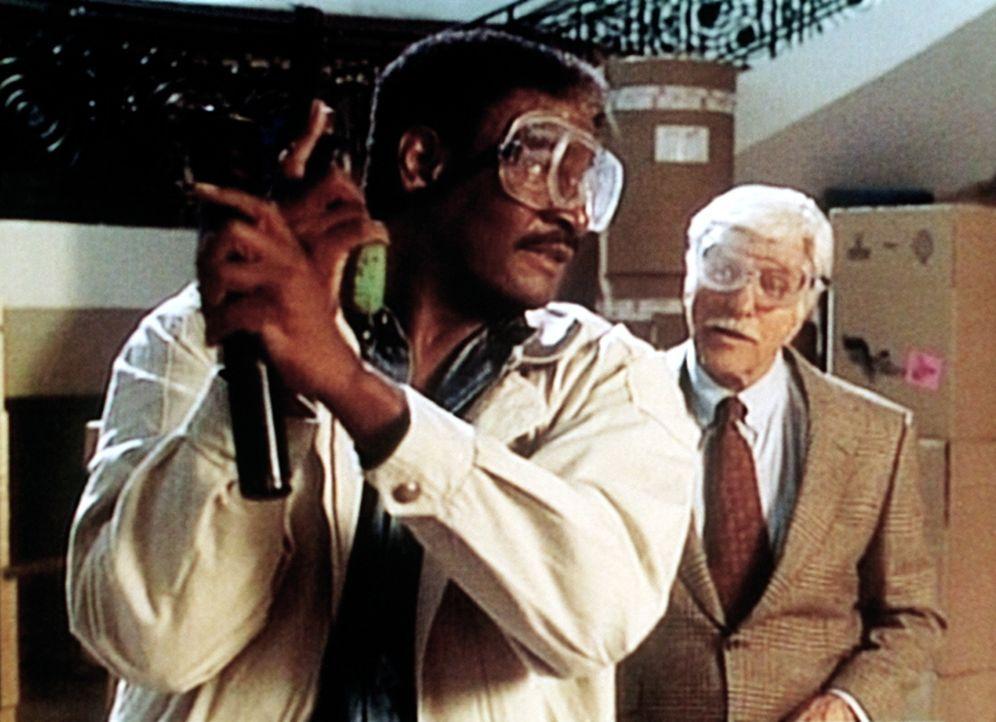Ein Sergeant erklärt Dr. Sloan (Dick Van Dyke, r.), wie er sich bei der Übung zu verhalten hat. - Bildquelle: Viacom