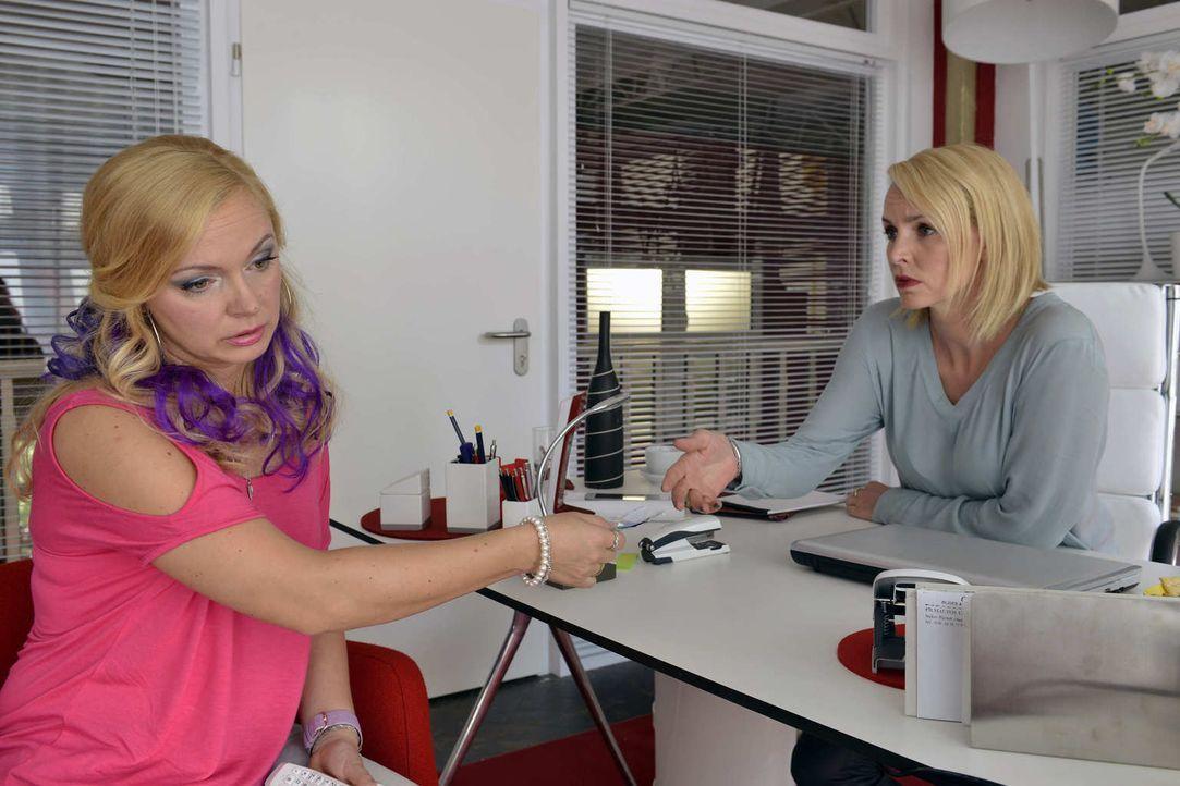 Theresa (Simone Hanselmann, r.) gibt Nadine (Sarah Schindler, l.) einen streng geheimen Auftrag ... - Bildquelle: Oliver Ziebe Sat.1