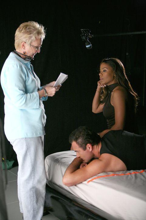 Bei den Dreharbeiten zu Nip/Tuck ... - Bildquelle: TM and   2004 Warner Bros. Entertainment Inc. All Rights Reserved.