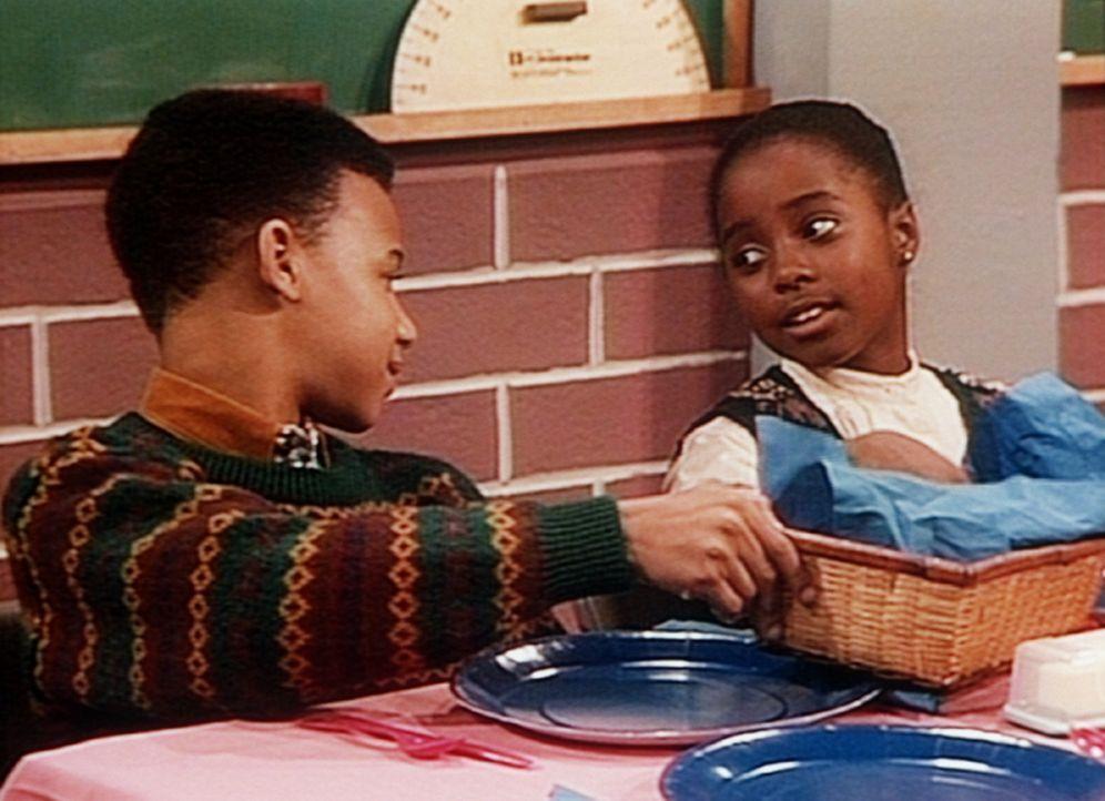 Beim Benimm-Unterricht haben Rudy (Keshia Knight Pulliam, r.) und ihr Freund Clarence (Gee-Jay Thomas) nur noch Augen füreinander ... - Bildquelle: Viacom