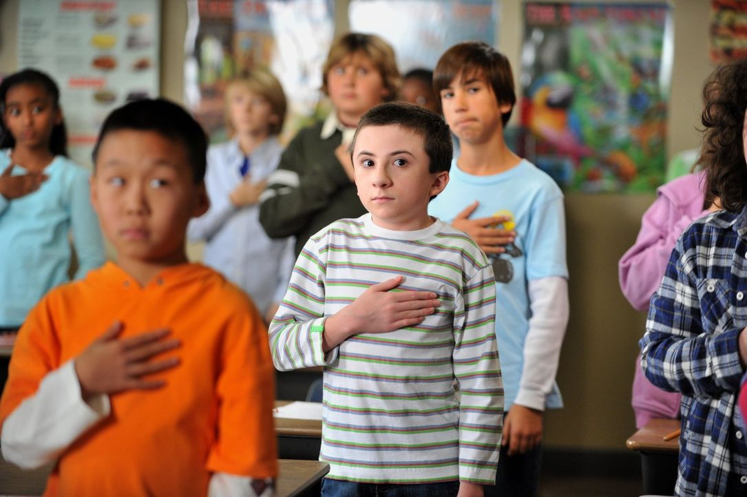 Während Mike Brick (Atticus Shaffer, M.) überredet, nach einer furchtbaren Schmach beim Buchstabierwettbewerb wieder in die Schule zu gehen, setzt F... - Bildquelle: Warner Brothers