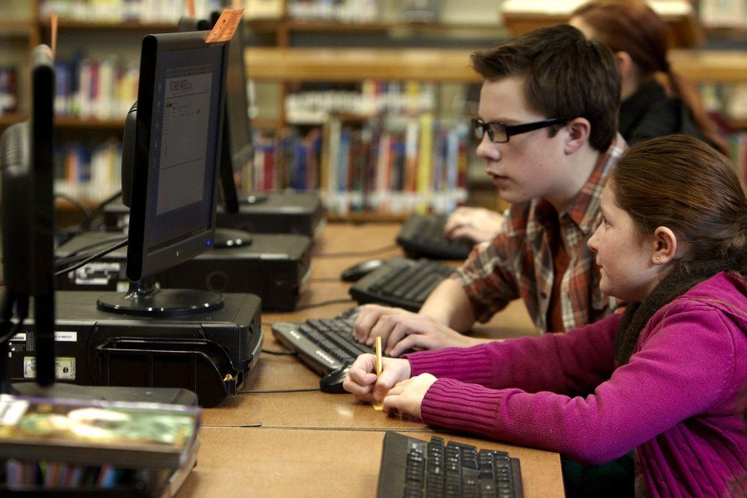 Langsam erfährt Debbie (Emma Kenney, r.) immer mehr über Steves wahre Identität ... - Bildquelle: 2010 Warner Brothers